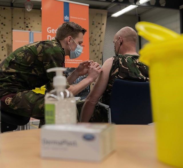 Militairen helpen bij vaccineren tegen COVID-19